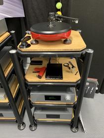 Grand Prix Audio spielte mit dem GPA v2.0 Monaco und FUUGA Tonabnehmer zusammen mit CH Precision Elektronik und APERTURA Lautsprechern.